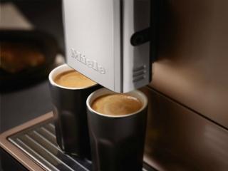 Подстраивание насадки для подачи кофе под высоту чашки