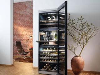 Дверца из тонированного стекла с защитой от УФ-лучей в винных шкафах Miele